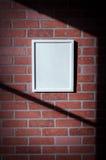 Biała obrazek rama na Czerwonym ściana z cegieł portreta Vertical Zdjęcie Royalty Free