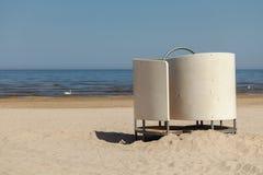Biała opatrunkowa kabina na plaży na morzu bałtyckim fotografia stock