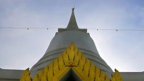 Biała pagoda przy Buddyjską świątynią w Tajlandia Obraz Royalty Free
