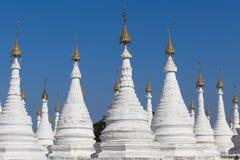 Biała pagoda przy niebieskiego nieba tłem w Mandalay, Myanmar, Birma Fotografia Stock