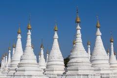Biała pagoda przy niebieskiego nieba tłem w Mandalay, Myanmar, Birma Obraz Royalty Free