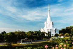 Biała pagoda z niebieskiego nieba tłem przy khao-kho górą Fotografia Stock