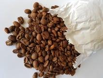 biała papierowa torba z wznosić toast kawowymi fasolami obrazy stock