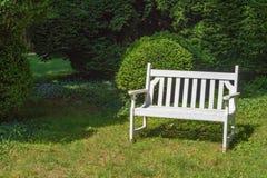 Biała parkowa ławka obraz stock