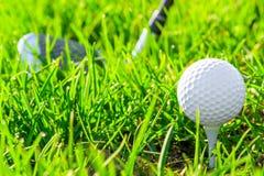 Biała piłka golfowa na trawie Zdjęcia Royalty Free