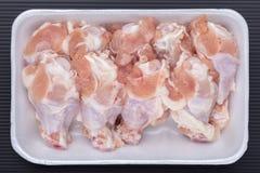 Biała piankowa taca surowi kurczaków drumsticks od supermarketa, fr obrazy royalty free