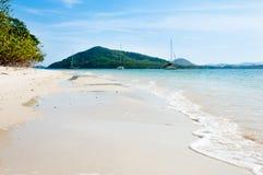 Biała piasek plaża przy Dzwonię Yai wyspą Obraz Royalty Free
