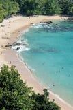 Biała piasek plaży jasnego błękita woda morska fotografia stock