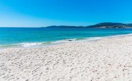 Biała piaska i turkusu woda w Maria Pia wyrzucać na brzeg zdjęcia stock