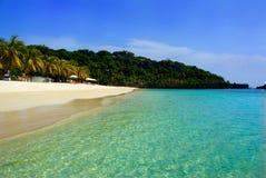 Biała piaska sen plaża na Roatà ¡ n wyspie, Honduras fotografia stock