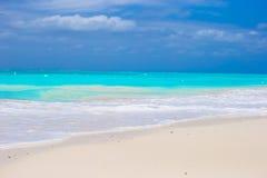 Biała piaskowata plaża z turkus wodą przy perfect obraz royalty free