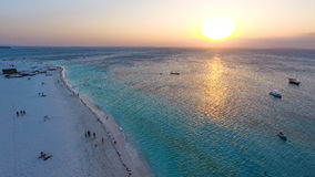 Biała piaskowata plaża Zanzibar wyspa przy zmierzchem Zdjęcie Stock