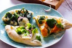 Biała pizza z warzywami Włoski kuchni zakończenie obraz royalty free