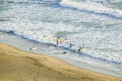 Biała plaża i kipiel dokąd surfingowiec szkoła ustawia out dla surfować w Durban, Południowa Afryka na oceanie indyjskim obraz royalty free