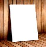Biała plakat rama w drewnianym pokoju, wyśmiewa up dla twój zawartości obrazy stock