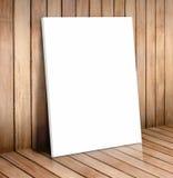 Biała plakat rama w drewnianym pokoju, wyśmiewa up dla twój zawartości zdjęcie royalty free
