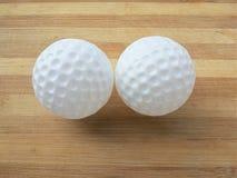 Biała plastikowa piłka na drewnianym tle Zdjęcia Stock