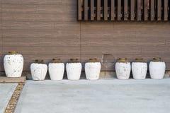 Biała porcelana zgrzyta obok faux drewnianej ściany Obraz Stock