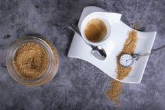Biała porcelany filiżanka z brązu cukierem, cukierniczką i kieszeniowym zegarkiem, fotografia royalty free