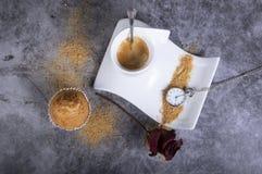 Biała porcelany filiżanka z brązu cukieru, babeczki, cukierniczki, różanego i kieszeniowego zegarkiem, zdjęcia royalty free