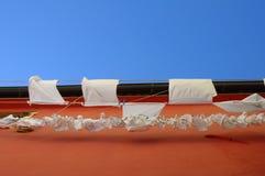 Biała pralnia na menchii ścianie Obrazy Stock