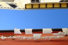 Biała pralnia na menchii ścianie Obraz Royalty Free