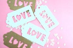 Biała prezent etykietka z wpisową miłością na różowym tle fotografia royalty free
