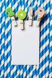 Biała pusta karta z klamerką 2019 na błękitnej białej lampas słomie Obraz Stock