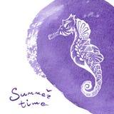 Biała ręka rysujący seahorse nad żywą fiołkową akwareli teksturą Morskiego życia nakreślenia zentangle projekt dla wakacje Zdjęcie Royalty Free