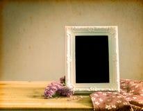 Biała rocznik fotografii rama z słodkim statice kwiatem na drewnianym t Zdjęcie Stock