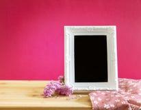 Biała rocznik fotografii rama z słodkim statice kwiatem na z czerwienią Zdjęcie Royalty Free