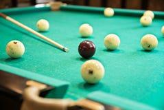 Biała Rosyjska bilardowa piłka blisko kieszeni Fotografia Stock