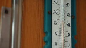 Biała rtęci skala na drewnianej ścianie i termometr Zakończenie zdjęcie wideo