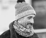 Biała samiec w zimie dział kapelusz i szalika Portret uśmiechnięty biały facet na ulicie Brodaty miastowy mężczyzna w woolen kape obraz stock