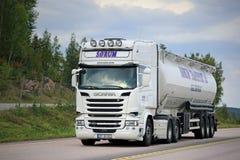 Biała Scania R580 Semi Cysternowa ciężarówka na drodze zdjęcie stock