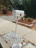Biała skrzynki pocztowa czerwona flaga zdjęcie royalty free