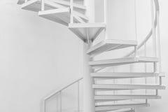 Biała stalowa ślimakowatego schody i bielu ściana Zdjęcie Royalty Free