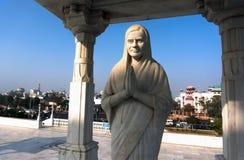 Biała statua modlenie kobieta przegapia miasto Jaipur w świątynnym kompleksie, India zdjęcie stock