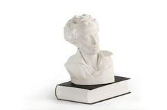 Biała statua na książce Fotografia Royalty Free