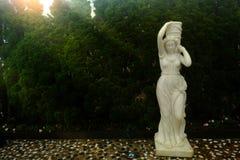 Biała statua w półdupka Na wzgórzu na mgłowym ranku, da nang miasto, Vietn fotografia stock