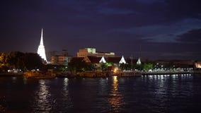 Biała stupy świątynia buddhism przy nocą w Bangkok, Tajlandia zdjęcie wideo