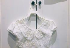 Biała suknia dla małej dziewczynki zdjęcie royalty free