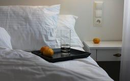 Biała sypialnia z łóżka i strony stołem Fotografia Stock