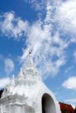 Biała sztukateryjna tajlandzka buddyjska świątynia fotografia royalty free