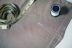 Biała szwalna nić i miękka pomiarowa taśma na tkaniny tkaninie dla robić płótnu Obrazy Stock