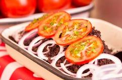 Biała taca na stole z krwią, pomidorami i cebulami dekoruje to suchymi i smażącymi jagnięcymi, Zdjęcia Stock