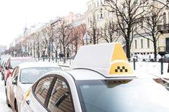Biała taxi taksówka w mieście Zdjęcie Royalty Free