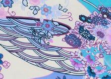 Biała tkanina z kwiatami i krzywy tłem obraz royalty free
