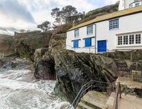 Biała Wakacyjna chałupa morzem na brzegowej ścieżce, Polperro, Cornwall, UK zdjęcie royalty free