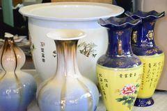 Biała waza z małą wazy dekoracją zdjęcia royalty free